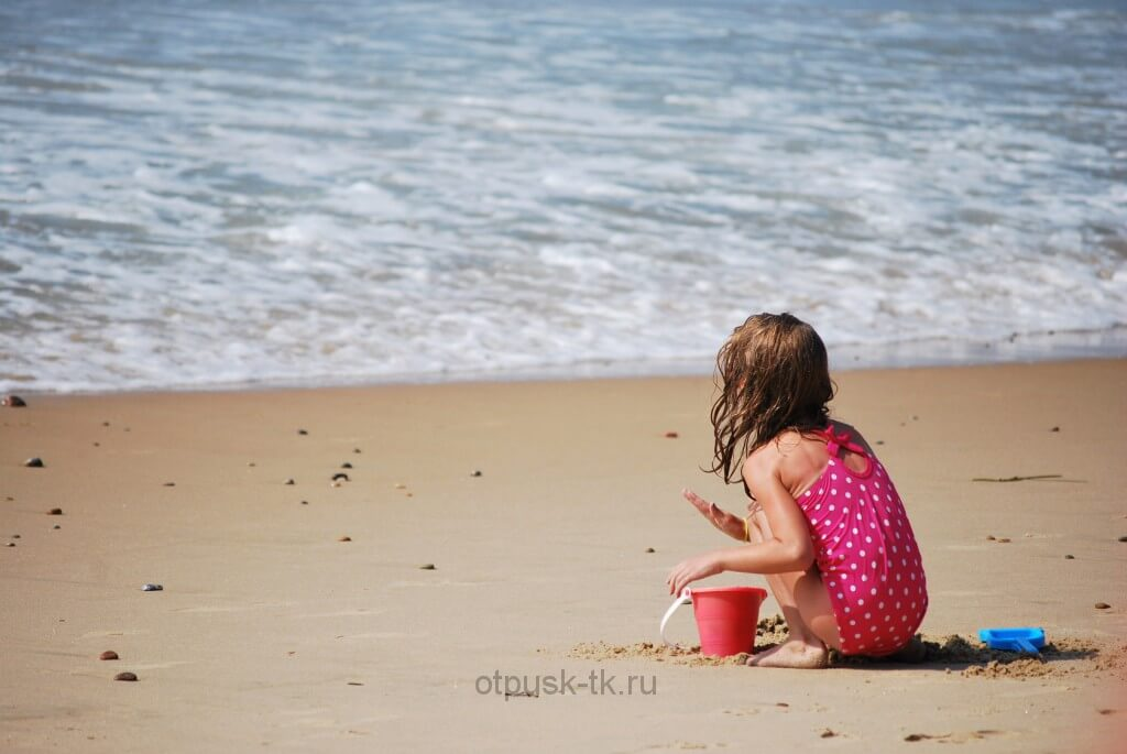 Дети играют на пляже Турции