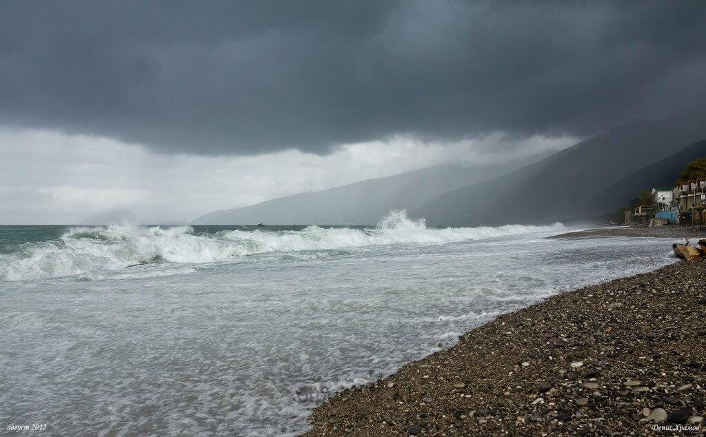 Шторм в Абхазии на море