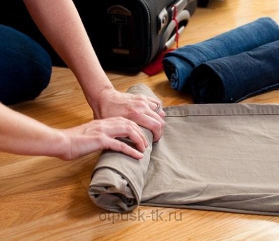 Упаковка чемодана скрученная одежда